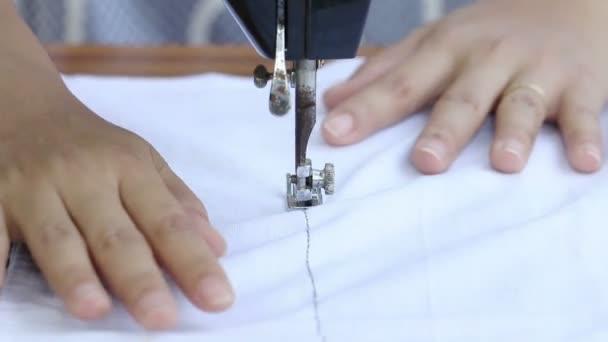 Zblízka žena pracující s šicí stroj