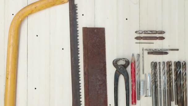 Dolly snímek, tesařské nástroje na prkno dřeva pozadí.