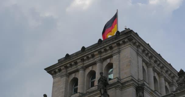 4k, Reichstag deutsche Fahne, Berlin