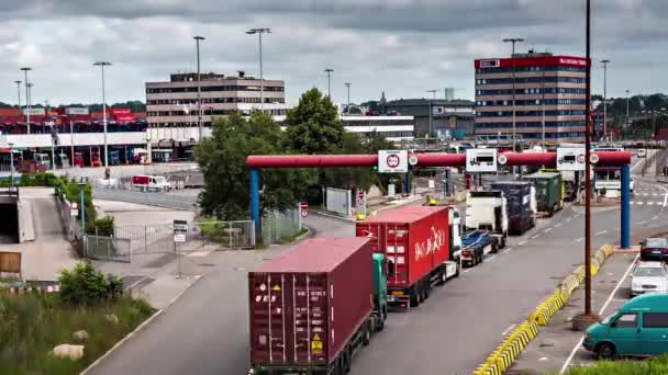 mnoho nákladních aut na mýtné stanici