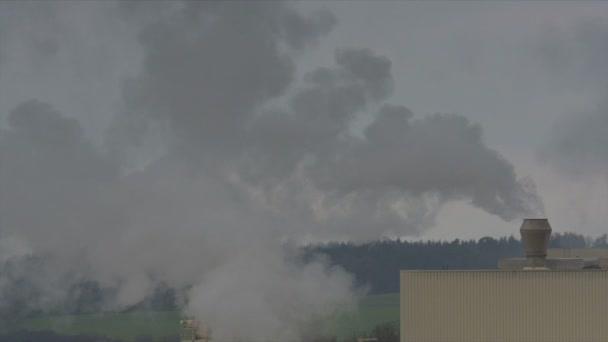 Chemická továrna s komínu, znečištění ovzduší