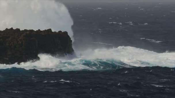 FullHD, dramatické vodní vlny šplouchání a narazilo do skály, 100 fps Slowmo