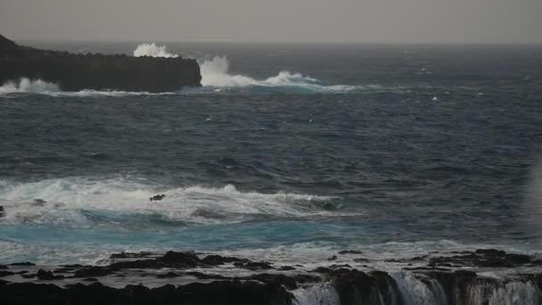 Hatalmas lassú mozgás hullámok ostromolják sziklák