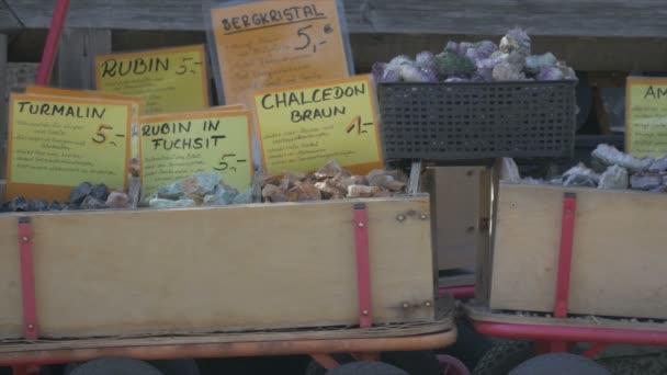 Edelsteine in Kartons auf Bauernmarkt