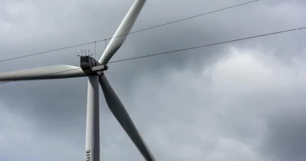 4K, turbina eolica nelle vicinanze