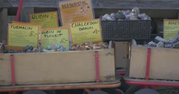 4k, Edelsteine in Kartons auf Bauernmarkt