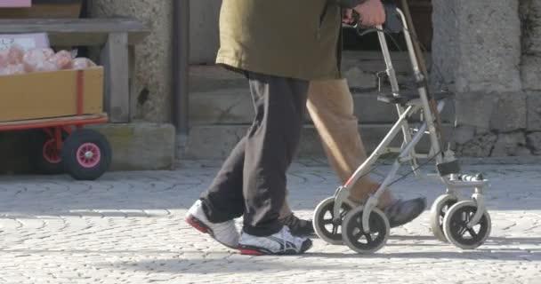 4k, älterer Mann geht mit Gehgestell