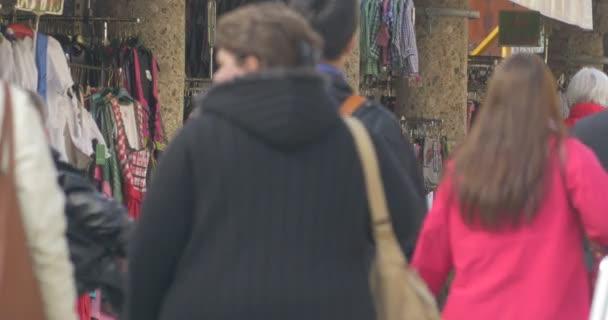 Az emberek sétálnak, látható a hátsó