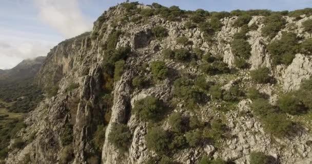 4k Antenne, Flug entlang einer Bergkette im Naturpark Sierra de Grazalema, Andalusien, Spanien