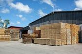 Haufen von gestapelten Rohschnitt Bauholz an ein Sägewerk