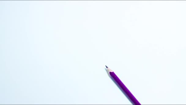 Tvůrčí stopky pohybu, rozkládající tvar srdce z barevných tužek. Valentýn.