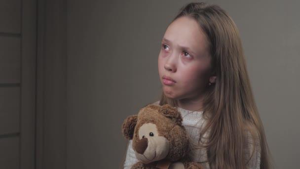 Szomorú kislány imádkozik, miközben egy plüssmacit tart a kezében. A tinédzser Istentől kér védelmet. Egy magányos gyerek egy játékkal a kezében boldog akar lenni. Az istenfélő személy szellemi vallása