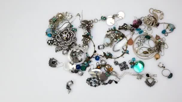 Různé šperky uspořádány ve tvaru srdce animace čas vypršel