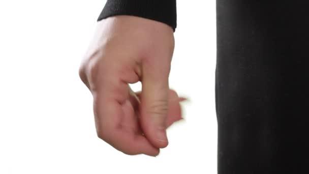 Podnikatelka luskne prsty v čase na hudbu