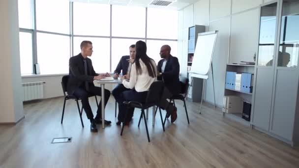 Setkání v prostorné kanceláře