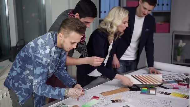 návrhářský tým popisuje barevné schéma