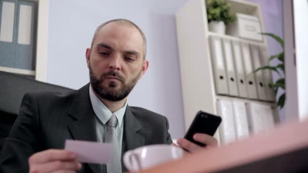 Az üzleti ügyben telefonál