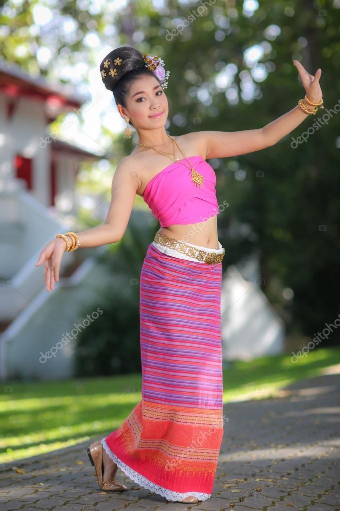 vestido de bailarina tailandesa con estilo norteño en templo — Fotos ...