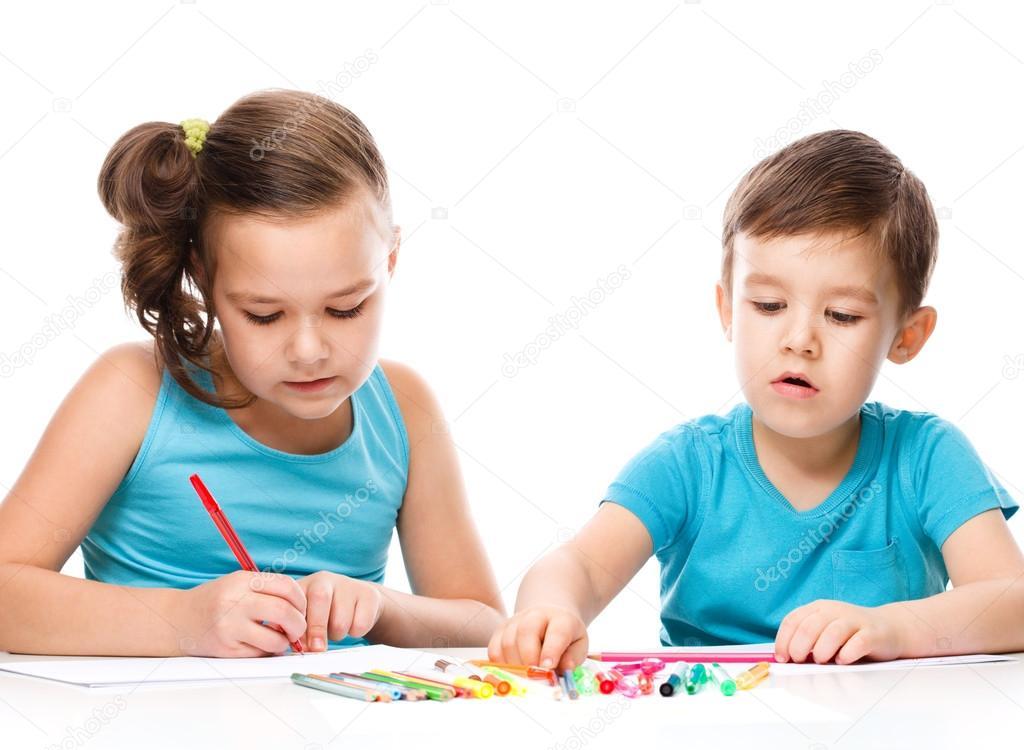 Niños lindos es dibujar en papel blanco — Foto de stock © julaszka ...