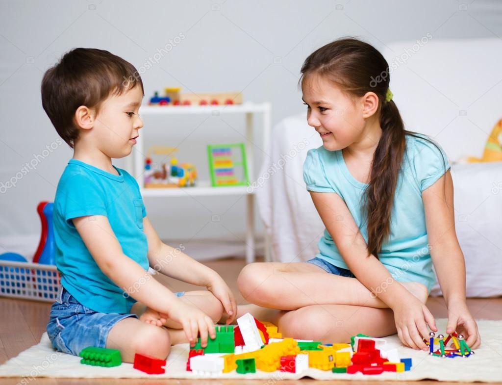 мыслит парень играет с игрушками девушкой схватил