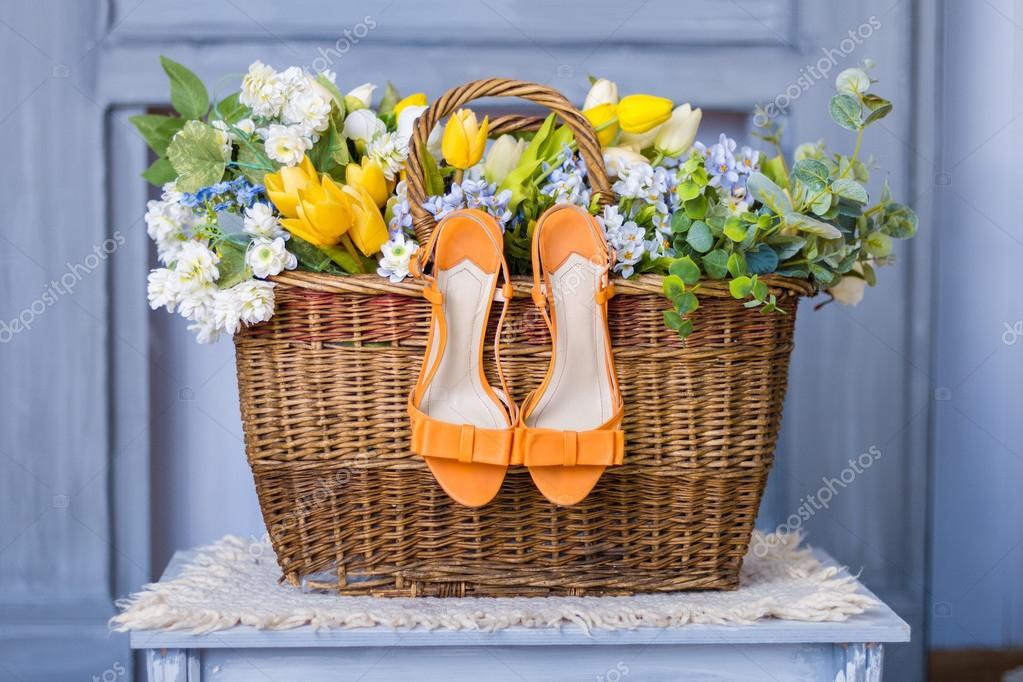 chaussures dans la corbeille de fleurs de mariage. Black Bedroom Furniture Sets. Home Design Ideas