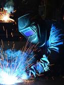 Svářeče pracující v továrně vyrobené kovové