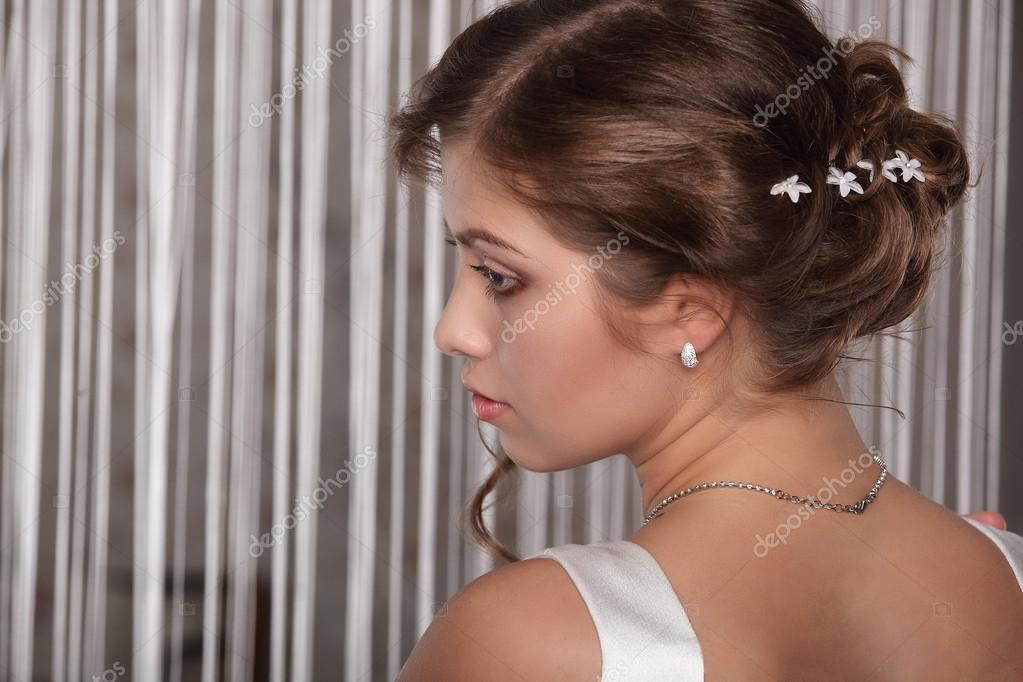 Mladá nevěsta s svatební čelenka na dřevěné moderní styl pozadí pro svatební  studio — Fotografie od fenixlive f42b0016ea