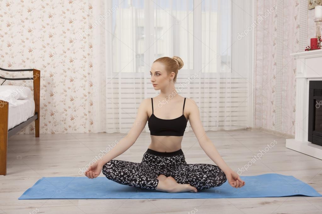 Schöne junge Frau praktizieren Yoga zu Hause mat - meditation ...
