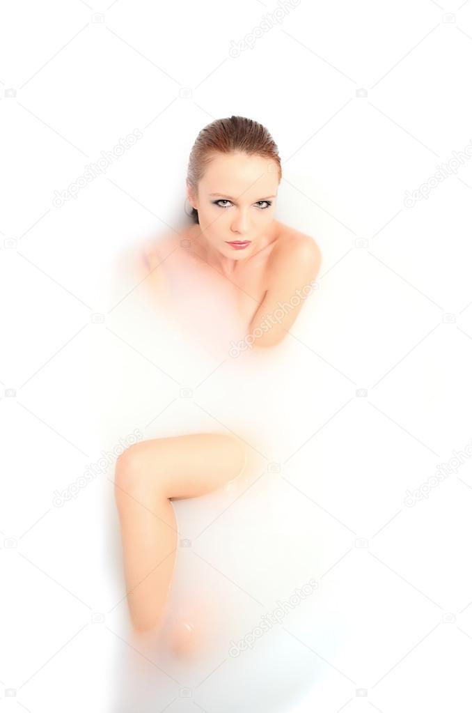 belle nudi o donne nude in bagno — Foto Stock © fenixlive #54530757
