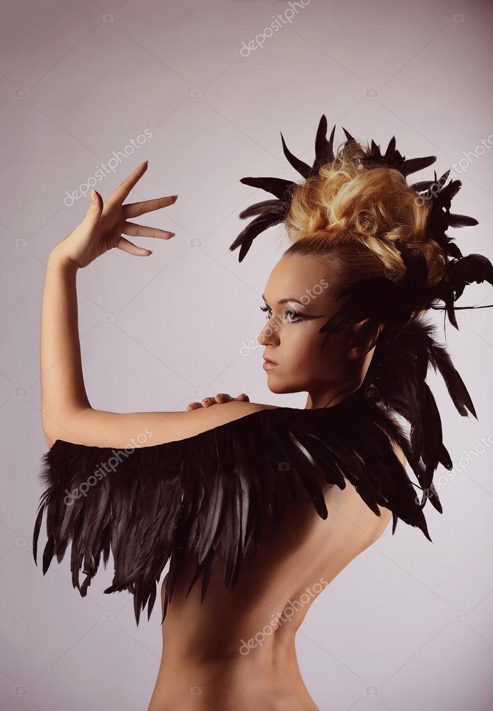 portrait de chaman de la femme avec la plume de corbeau dans les cheveux photographie. Black Bedroom Furniture Sets. Home Design Ideas