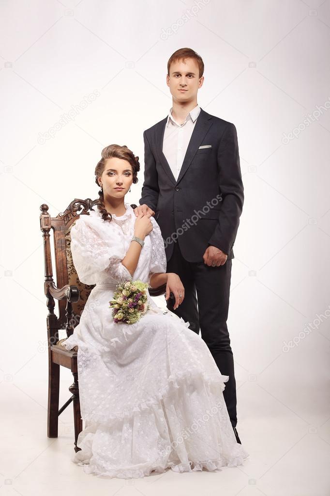 Portrait Des Jungen Mannes Und Der Frau Auf Vintage Stuhl Retro