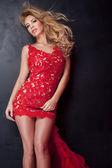 Elegáns szőke hölgy, piros ruhás.