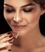 glückliches Mädchen mit Schokolade.