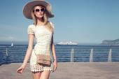 Elegantní mladou ženou na dovolenou