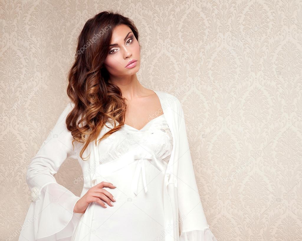 abb1f42fc80729 Piękna brunetka w Bielizna nocna — Zdjęcie stockowe © NeonShot #88384388
