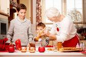 Fényképek Nagymama, grandchilds, konyhában, karácsony