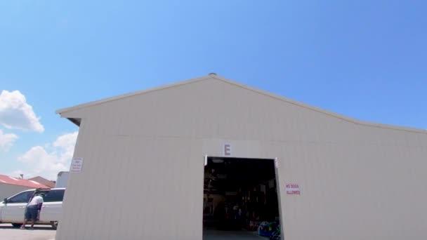 Barnyard Flea Market v jižní Augustě s budovami zaparkovaných aut a lidí modrá obloha mraky covid-19 pandemie