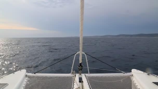 Detail trup plachetnice plachtění v modré moře