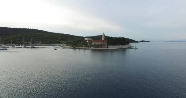 Drone scéně poloostrova Dalmatského pobřeží. Přístav s církví na pobřeží. Letecká scéna