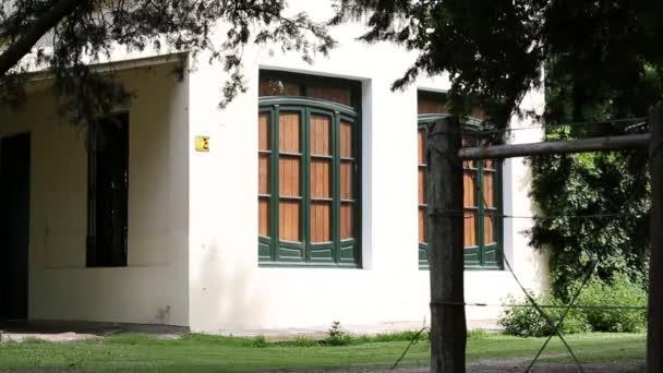 Vintage Bílý dům s woody Barevná okna