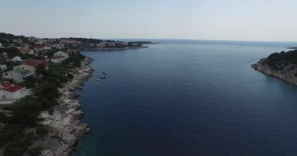 Vzdušná scéna chorvatské zátoky, dalmatské pobřeží. Kamera se pohybuje pomalu.