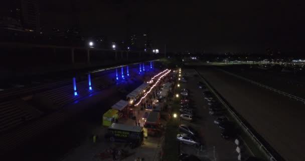Letecký pohled na pěší ulice s restaurantes, pruhy na bocích. Noční život