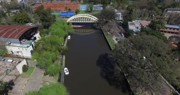 Vzdušný drone scéně. Kanál kolem průmyslových odvětví a klubů na cestách