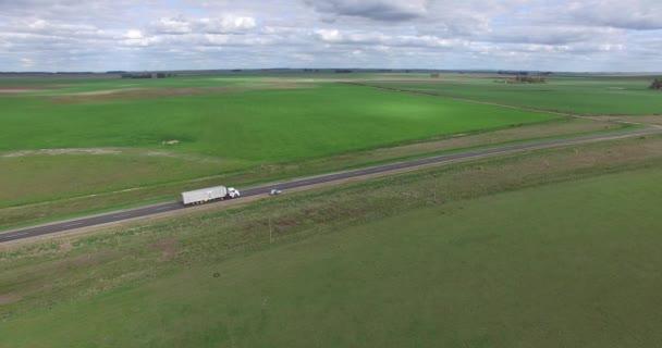 Vzdušný drone scéně osamělý silnice na venkově, zachytávání Truck rychle přes silnici. Zemědělská krajina