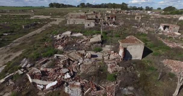 Vzdušný drone scéně zbourán, zničené město. Kamera se pohybuje na boční posouvání v ulicích města. Městské krajině San. Domy z trosek, poškozené živelní