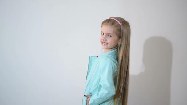 Fotograf fotí dítěte v ateliéru