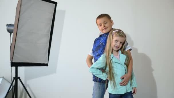 Fotós fotózni a gyermek a stúdióban.
