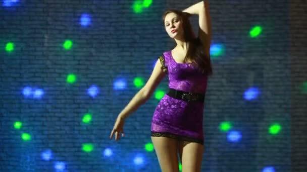 schöne sexy Mädchen tanzen gehen.