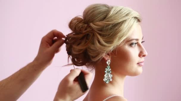 nevěsta na kadeřnický salon dělat svatební čelenka