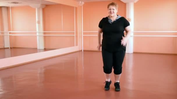 kövér lány részt táncok a teremben. vidám gömbölyded, torna, tánc